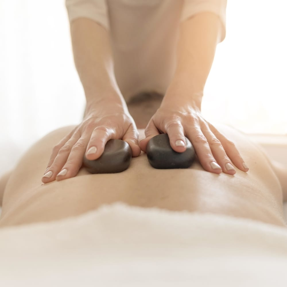 photo de massage aux pierres chaudes au salon Douce Heure des Mains à Nantes
